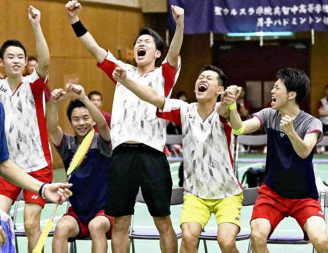 バドミントン男子団体で優勝し、喜ぶ聖ウルスラ英智の選手たち