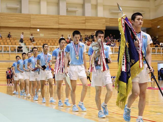 優勝した松本国際の選手たち