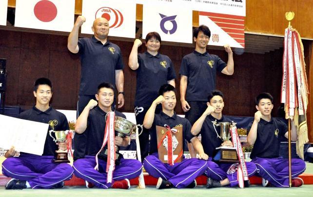 重量挙げ 学校対抗得点で初優勝を果たした飯田の選手たち