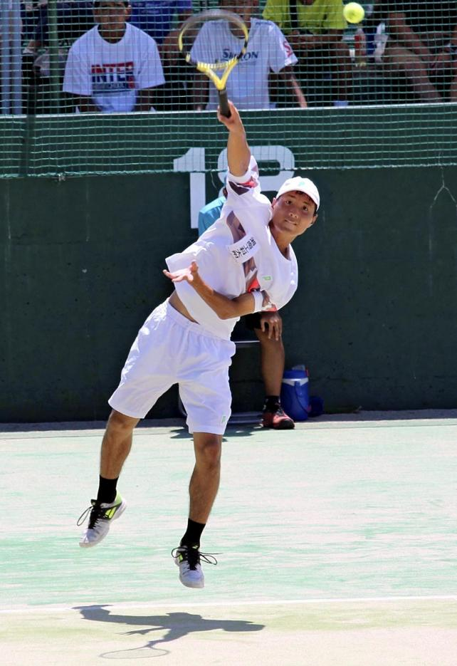 テニス男子団体の決勝戦に出場した望月滉太郎選手