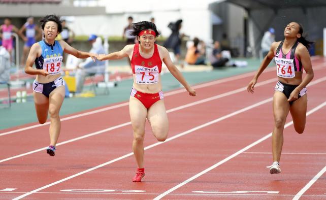 女子200メートルで優勝した立命館慶祥の石堂陽奈選手(中央)