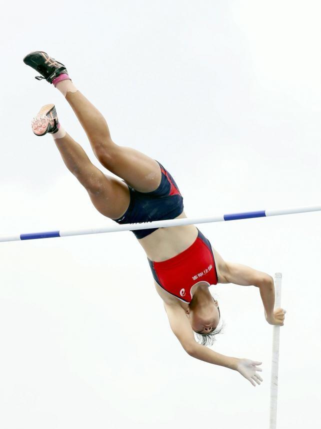女子棒高跳びで優勝した明石商の古林愛理選手