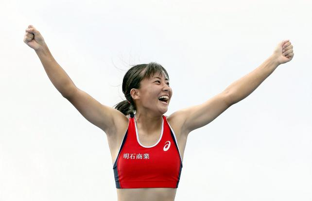 女子棒高跳びで優勝した明石商の古林選手