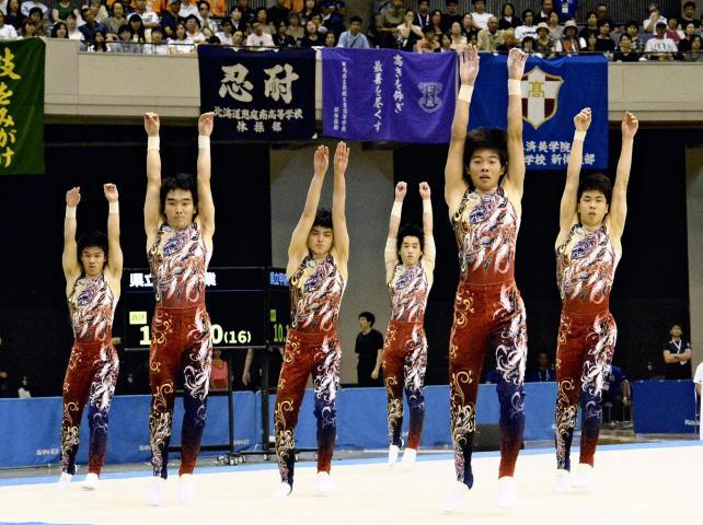 息の合った演技を見せる小林秀峰の選手たち