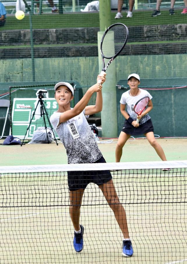 女子ダブルスで4強入りした、浦和麗明の上伊倉選手(手前)と伊藤選手