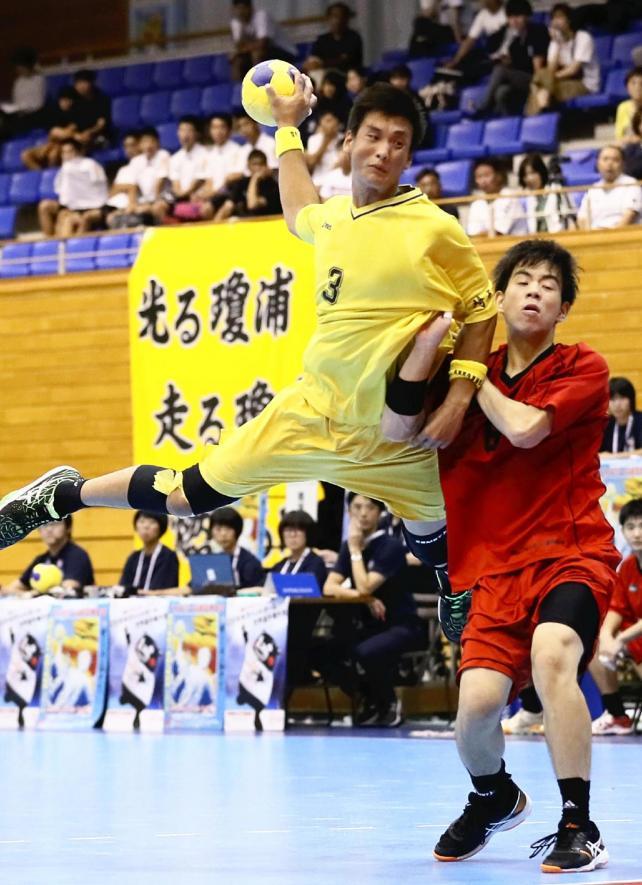 ハンドボール 前半、ゴールを決める浦和学院の狩野選手