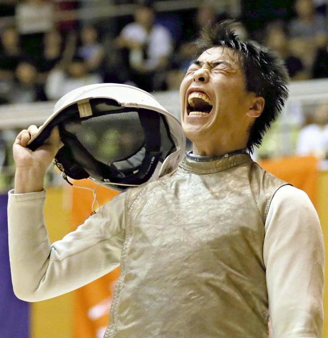 フェンシング男子フルーレ、勝利し雄たけびをあげる仙台城南の藤沢将匡選手