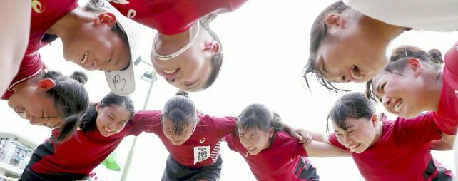 テニス女子団体 接戦になった決勝戦を終え、円陣を組み喜びを分かち合う早稲田実の選手たち