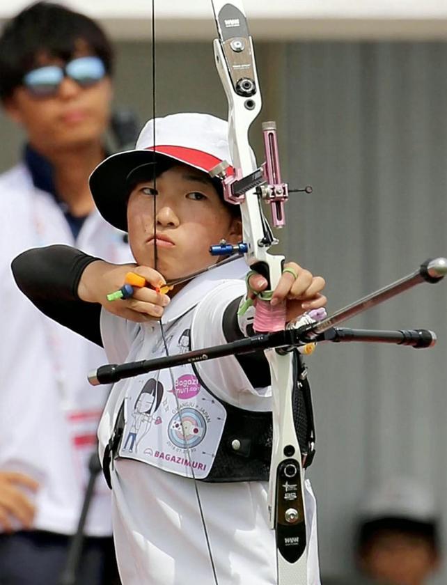 アーチェリー女子個人で優勝した足立新田の渡辺麻央選手