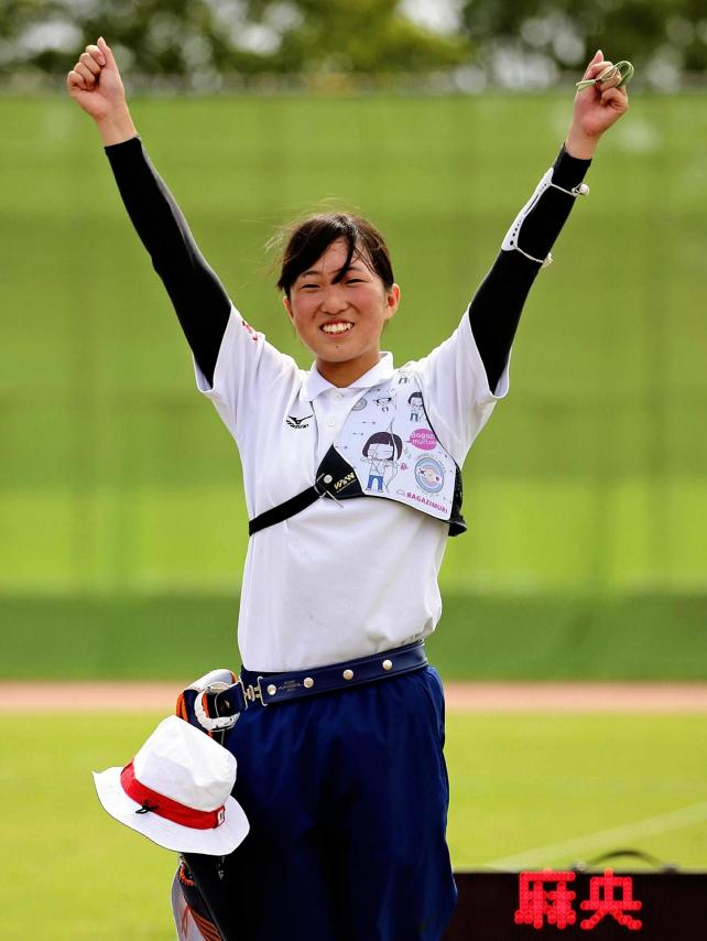 優勝し、笑顔を見せる足立新田の渡辺選手