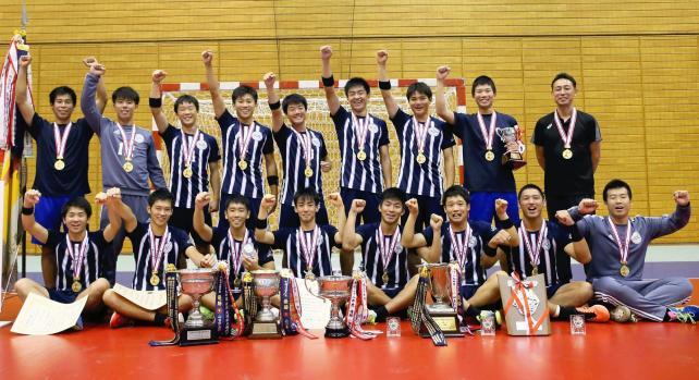 ハンドボール男子で優勝を喜ぶ香川中央の選手たち