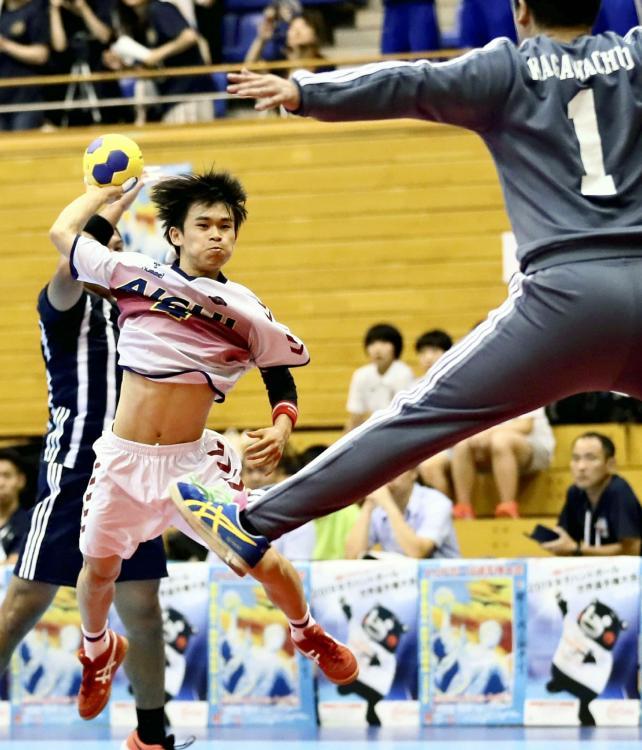 ゴールを狙う愛知の三谷選手(中央)