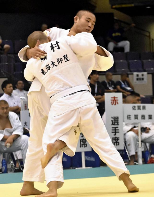 技をかける延岡学園の中西隆翔選手
