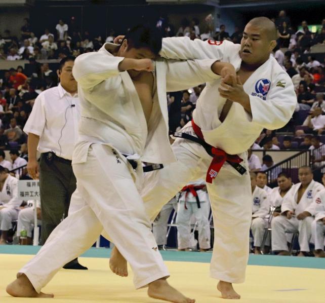 柔道男子団体の初戦で果敢に攻める明桜館の橋口選手(右)