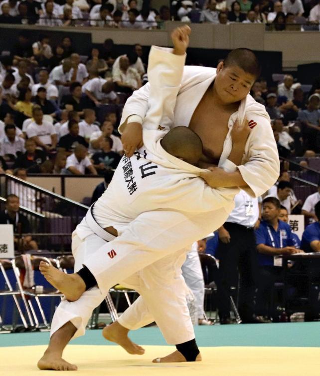 柔道男子団体3回戦で相手に技をかける園田選手(右)