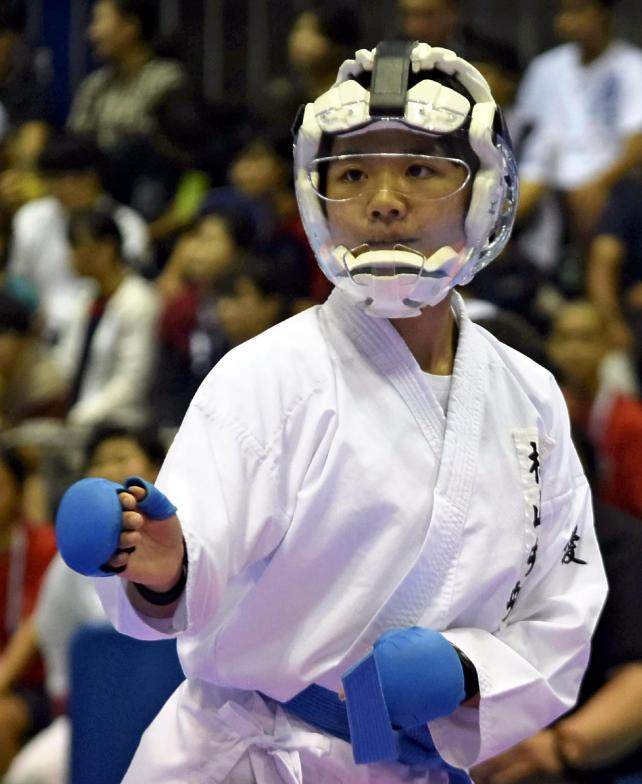 試合に臨む松山中央の玉井選手