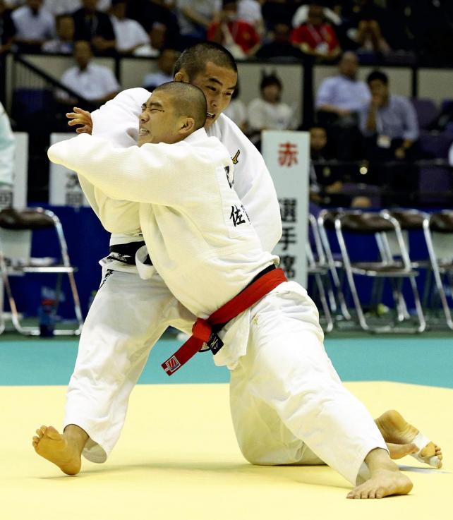 柔道男子66キロ級決勝で、果敢に攻める佐賀商の田中選手(手前)