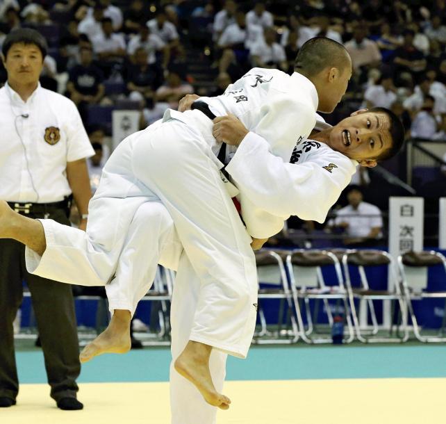 柔道男子73キロ級決勝で、果敢に攻める東海大相模の有馬選手(右)