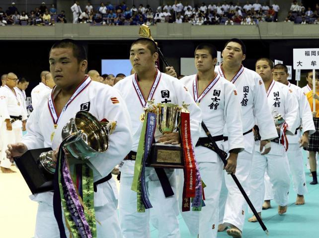 柔道男子団体で優勝した国士舘の選手たち