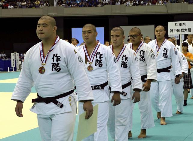 柔道男子団体で3位となった作陽の選手たち