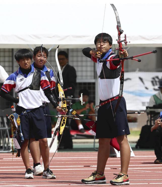 アーチェリー男子団体で優勝した愛産大三河の選手たち
