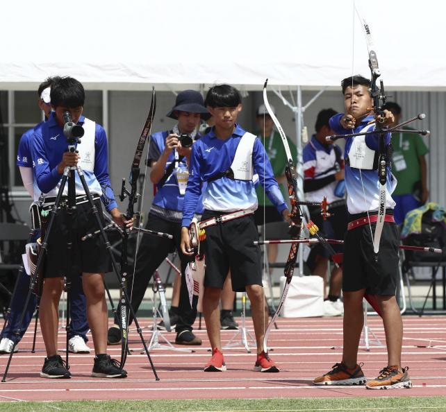 アーチェリー男子団体で準優勝した近大付の選手たち