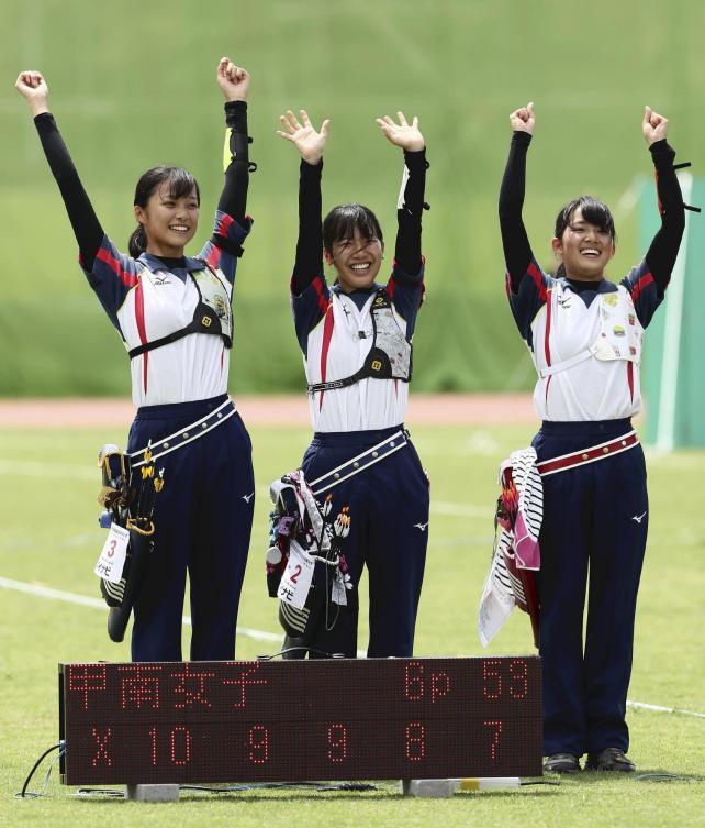 アーチェリー女子団体で優勝した甲南女の選手たち