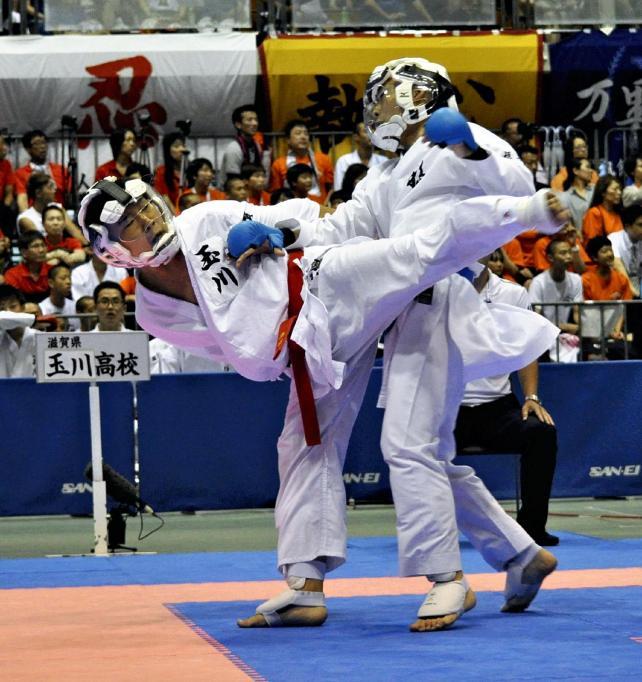 相手を攻める玉川の藤本選手(左)