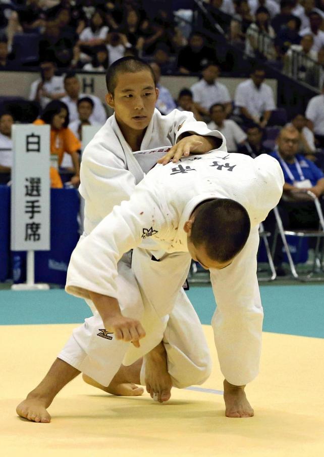 柔道男子81キロ級決勝で、必死に攻める長崎日大の老野選手(奥)