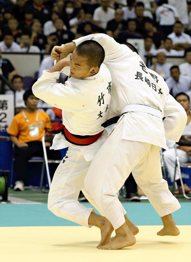 柔道男子81キロ級で優勝した大牟田の竹市大祐選手(左)