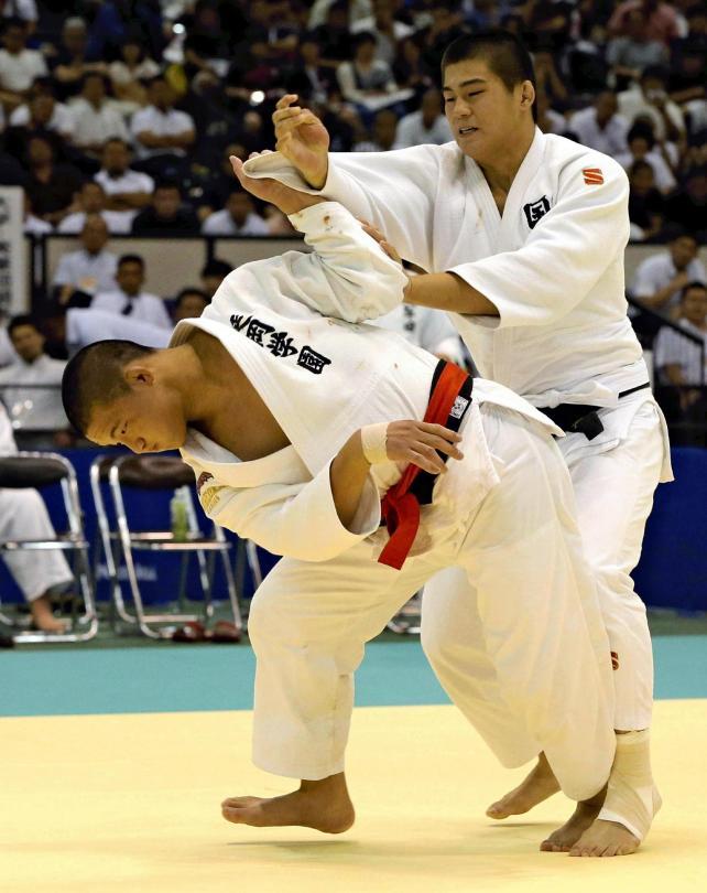 柔道男子90キロ級決勝で、懸命に攻める延岡学園の戸高選手(左)