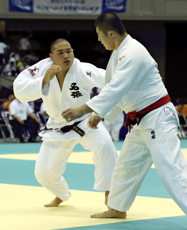 柔道男子100キロ級準決勝で、懸命に攻める名張の増田選手(左)