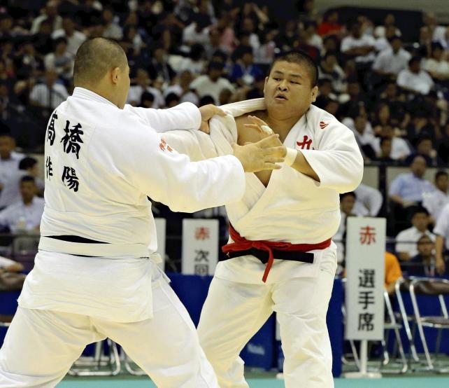柔道男子100キロ超級準決勝 懸命に攻める九州学院の園田選手(右)