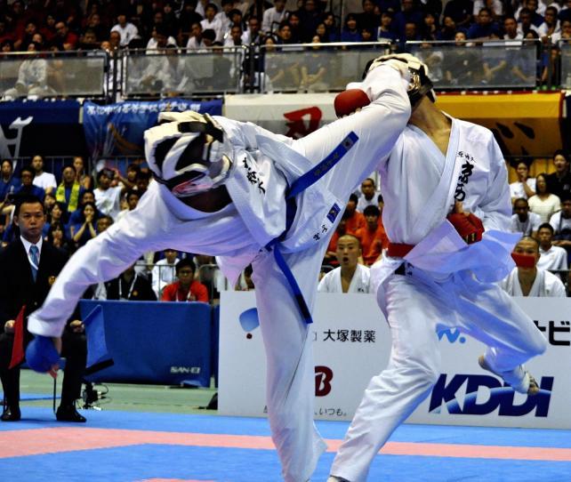 空手男子団体組手 上段蹴りを決める高松中央の崎山選手(左)