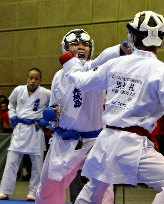 空手男子団体組手 気迫のこもった攻撃を見せる平良選手(左)