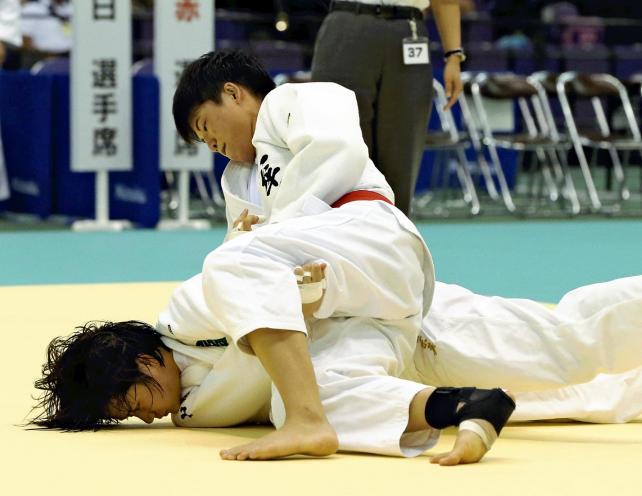 柔道女子63キロ級で優勝した大牟田の山口葵良梨選手(上)