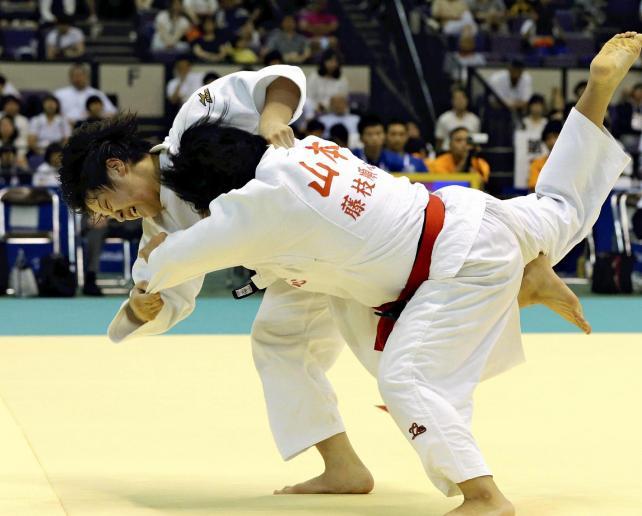 柔道女子70キロ級で優勝した桐蔭学園の朝飛真実選手(奥)