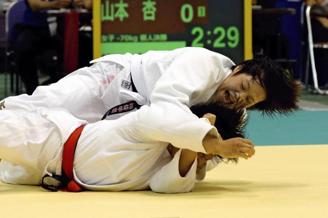 柔道女子70キロ級で優勝した桐蔭学園の朝飛真実選手(上)