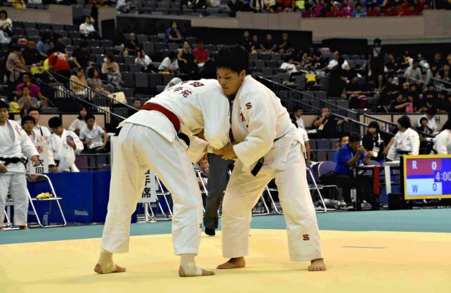 柔道女子78キロ級の準々決勝で攻める芝原選手(右)