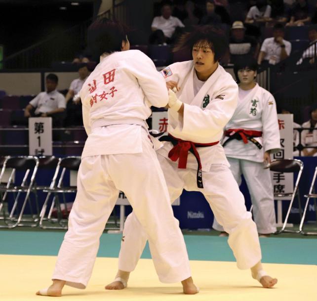 柔道女子78キロ級決勝で果敢に攻める富士学苑の黒田亜紀選手(右)