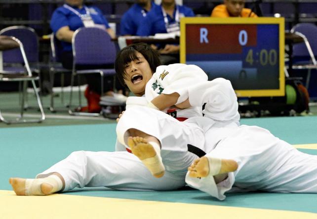 柔道女子78キロ級で、優勝した富士学苑の黒田亜紀選手(左)