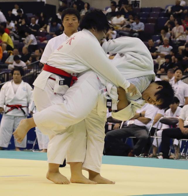 柔道女子78キロ超級2回戦で、投げ技を繰り出す鵬翔の大寺選手(右)