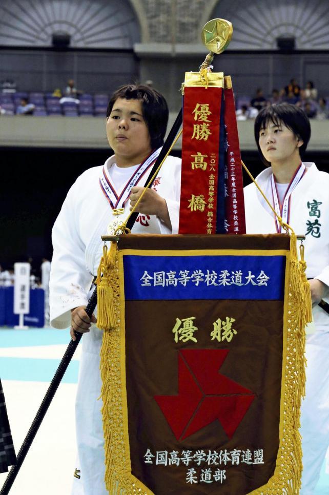 柔道女子78キロ超級で、優勝した藤枝順心の米川選手(左)