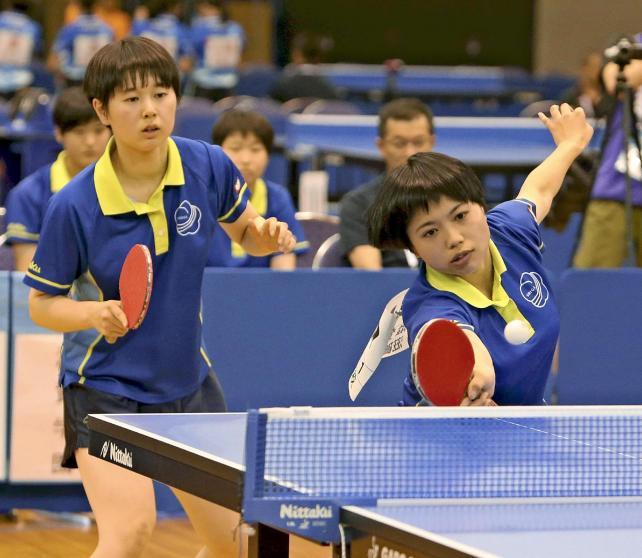 息の合ったプレーをする滋賀学園の選手たち