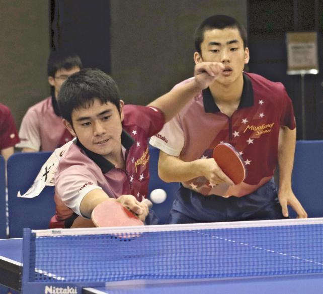 球に食らいつく都城商・片平選手(左)と藤井選手
