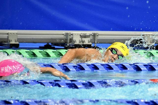 力強い泳ぎを見せる水上選手(奥)