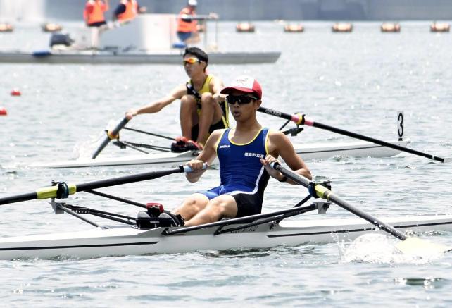 男子シングルスカルに出場した徳島市立の松村選手(手前)