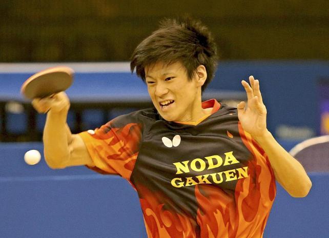 力強いスマッシュを打つ野田学園の戸上隼輔選手