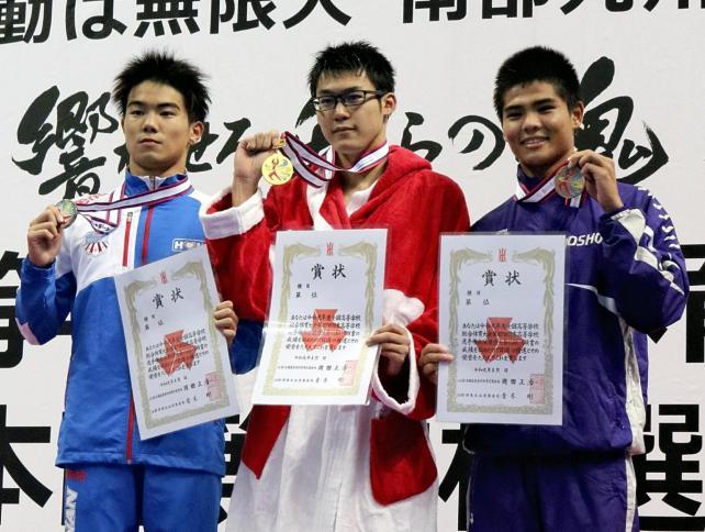 競泳男子50メートル自由形で優勝した常総学院の猿山選手(中央)