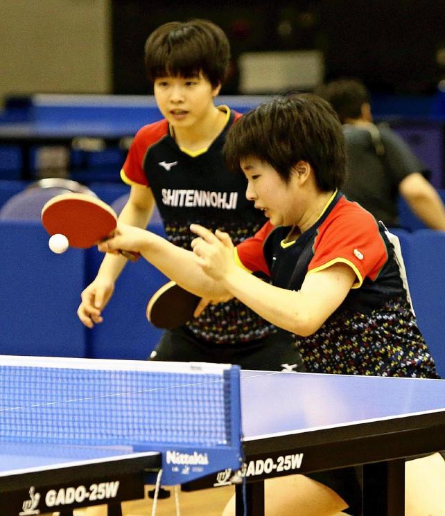 女子ダブルスで息の合ったプレーを見せる優勝した四天王寺の大川、本井選手組